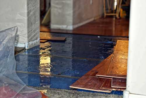Wasser verursacht Schaden an Wand und Fußboden